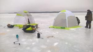 две зимние рыболовные палатки